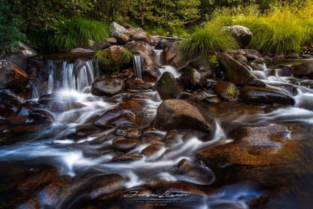 Saltos de agua en el río