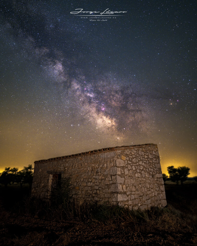 Vía Láctea sobre cabaña de piedra
