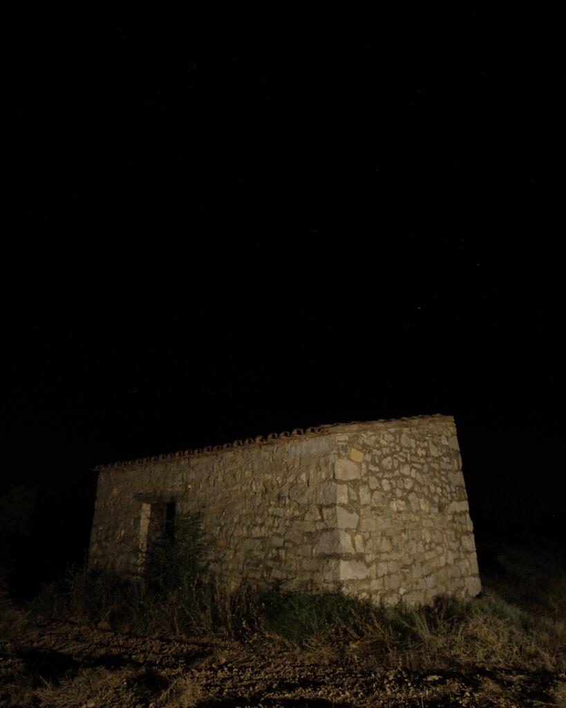 Cabaña de piedra iluminada con luz cálida